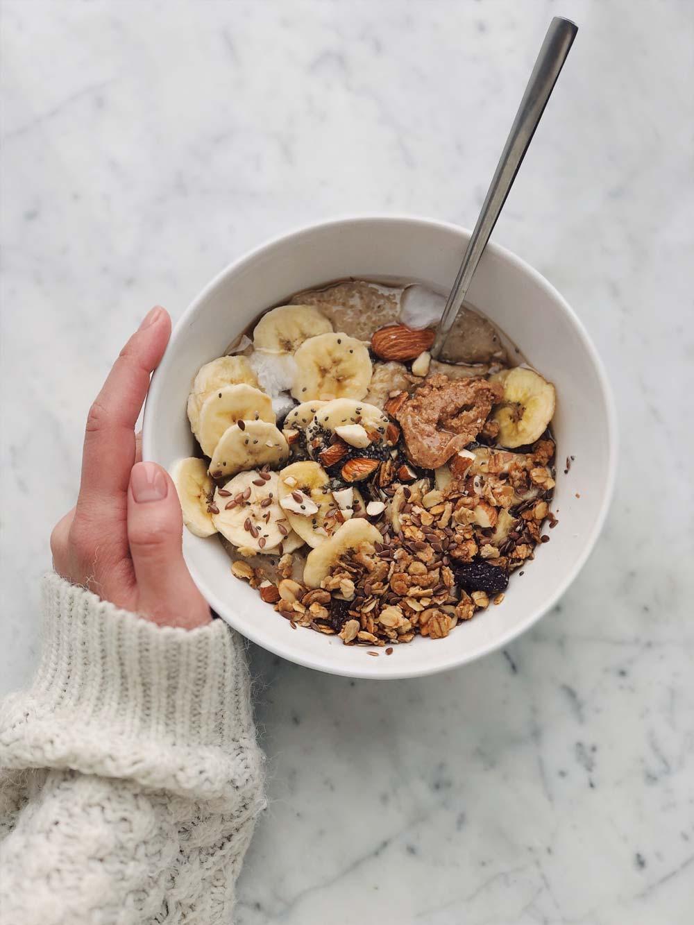 Bol de vitamines et nutriments avec fruits et légumes et compléments alimentaires bio